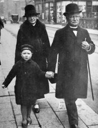 Christian, Nielsine og Jørgen på Clemens Bro, ca. 1932